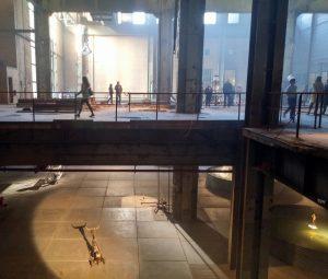 De expositie strekt zich uit over twee verdiepingen van de fabriekshal.Foto Jacqueline Knudsen.