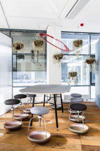 Ruimte Spicey heeft subtiele activering met een dynamische lichtsterkte, Buoy stoelen en een UV tafel, ontwerp Luuk van den Broek voor Enrichers. Mirabilia behang, ontwerp Alissa+Nienke • Foto Mark Kuipers.