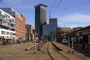 V.l.n.r. woon/winkelgebouw (Van Herk & De Kleijn 1992), het Kleine Belastingkantoor (KOW 2016), Het Grote Belastingkantoor (RoosRos 2018), het Haagse Strijkijzer (Paul Bontenbal /AAArchitecten 2007), Het Y-gebouw (AAArchitecten 2017) en Station Hollands Spoor (Dirk Margadant 1843)