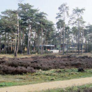 De villa grenst aan de achterzijde aan een natuurgebied met bos en heide, dat onderdeel uitmaakt van een grootscheepse transformatie van de wijk Kerckebosch. Foto Frans Verweij