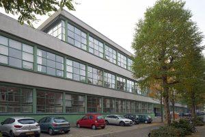 De nieuwbouw bevindt zich op het middenterrein van de bestaande monumentale school