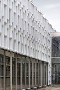 Bij het open studielandschap is de onderste drie meter uitgevoerd in glas. Daarboven hangt de composiet gevel
