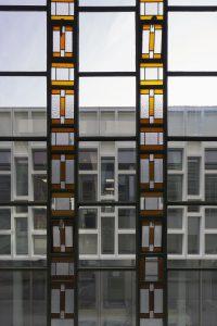 Het ontwerp van de composiet gevel is afgeleid van glas-in-lood in het oude gebouw