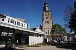 Paviljoen in de tuin met auditorium en museumwinkel links,, de entreepoort en de Walburgiskerk. Foto Jacqueline Knudsen