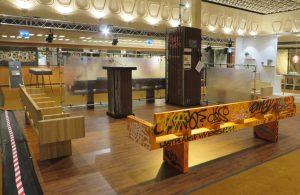 Object 2017 op de SS Rotterdam: Gjalt presenteert en veilt de Writers Bench (oranje) en toont remakes van de New York subway bench in hout en beton.