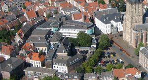 Het hof van Heeckeren ligt midden in het oude centrum, naast het stadhuis en tegenover de Walburgiskerk.