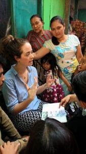 Nadia Remmerwaal interviewt bewoners in een kampung in Bandung Indonesië