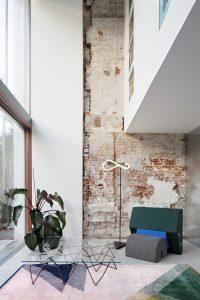 De benedenwoning heeft aan de voor- en achterzijde een dubbelhoge woonruimte die het souterrain van extra daglicht voorziet