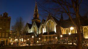 Ingenieursbureau Amsterdam maakte in samenwerking met DIVV een verlichtingsontwerp voor de aanstraling van de Oude Kerk op het Oudekerksplein