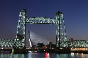 De Hef in Rotterdam is gerestaureerd en heeft een nieuwe aanlichting gekregen, lichtontwerp ipv Delft
