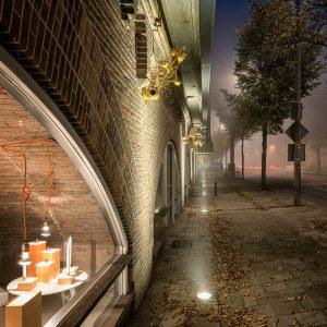 Tussen de bogen aan de Haarlemmer Houttuinen in Amsterdam. De 35 goudkleurige sculpturen worden verlicht met grondspots • Foto Natalie Peters