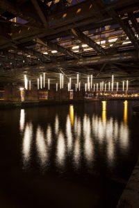 Hang There You'll Be Fine' lichtkunstwerk in onderdoorgang Centraal Station Amsterdam van Matthijs ten Berge en Jasper Klinkhamer • Foto Janus van den Eijnden