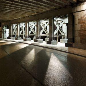 Westerdokskade Amsterdam, door goede verlichting verandert een ongure tunnel onder het spoor in Amsterdam in een plek met architectonische kwaliteit