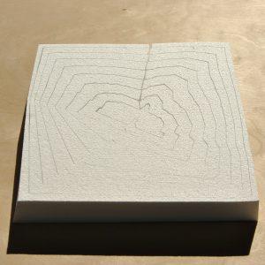 Op zoek naar de optimale productiemethode en -vorm bedachten Van Zuuk cs dat als je een rechthoekig blok piepschuim onder een bepaalde hoek naar binnen toe in steeds kleinere ringen snijdt, je segmenten maakt die je in omgekeerde volgorde kunt stapelen tegen 0 procent snijafval