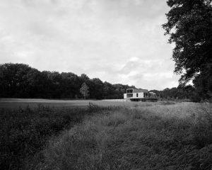 De villa op Landgoed Valkenberg ligt tussen glooiende zandakkers en bossen