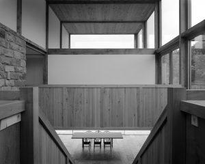 Doorzicht in de vide met onder aan de trap de eetkamer en erboven de grote slaapkamer