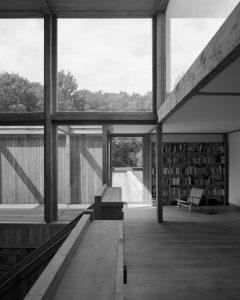 Aan de vide grenst de bibliotheek