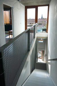 Doorzicht vanaf de tweede verdieping naar het dakterras en via twee trappen naar de straat. Foto Jacqueline Knudsen.