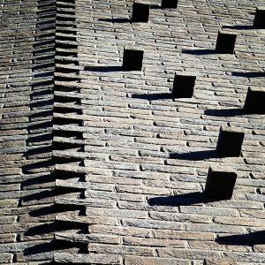 Zaagtand in het metselwerk bij insprining gevel. De uitstekende stenen zijn bedoeld voor klimplanten. Foto Corné van de Kraats