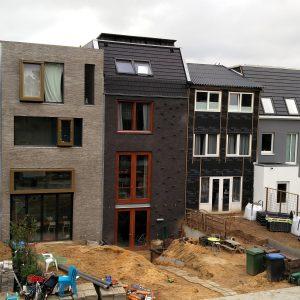 Achtergevel, de tuin en het balkon met trap moeten nog worden aangelegd. Foto Corné van de Kraats