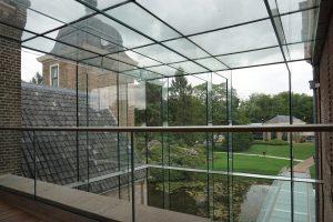 De nieuwe entreehal op de voormalige binnenplaats heeft een volledig glazen constructie. Foto Jacqueline Knudsen.