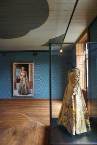 Portret van Mathilde Willink (1975) en jurk van Fong Leng. Foto Jacqueline Knudsen.