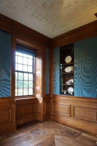Wandbespanning van zijde boven houten lambrizeringen. De nieuwe vloer weerspiegelt het patroon van de plafonddecoraties. Foto Jacqueline Knudsen