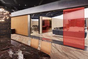 OMA ontwierp voor Knoll een moderne versie van het Barcelona Paviljoen van Mies van der Rohe. De roomdividers in glas en metaal zijn ontworpen door Sabine Marcelis