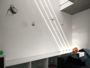 Het zuiderlicht valt door de hele woning dankzij vides en open trappen. In de naden tussen vloer en wand zijn ledstrips aangebracht. Foto Corné van de Kraats