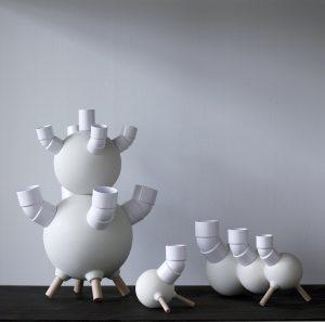 Vazen uit hout, pvc en porselein, 2015. Een product dat een  combinatie vormt van drie typen materialen: een halffabricaat, een kant-en-klaar en een  zelfgemaakt onderdeel.