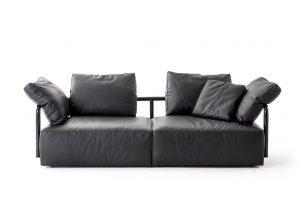 De vorm van de armleuningen van de sofa Soft Props van Konstantin Grcic voor Cassina is geïnspireerd op de dikke trapleuningen van de Milanese metro.