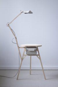 Kruk-Lampje-Ladenkast combineert papier, hout en marmoleum en drie  vormen in een onconventioneel object.