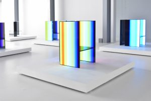 S.F. Senses of the Future door de Japanse ontwerper Tokujin Yoshioka, een installatie met futuristische stoelen van OLED screens van elektronicagigant LG.