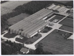 Vogelvluchtopname van de fabriek en omringende tuin net na ingebruikname • archief Mien Ruys