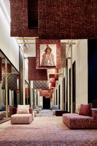 Met inspiratie uit de kunstwereld in gedempte, verweerde kleuren en gelaagde patronen, presenteren Desso en Odette Ex deze tapijt- en meubelstoffencollectie. Toepassing van dezelfde dessins in vloeren en stoelen versterkt eenheid in een ruimte.