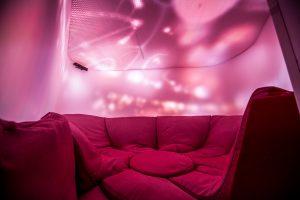 Reset, een interactieve ruimte die UNStudio en Scape presenteerden. Lichtgevende wanden en plafond en een kabbelende soundscape 'masseren' de gebruikers in de Intimacy capsule