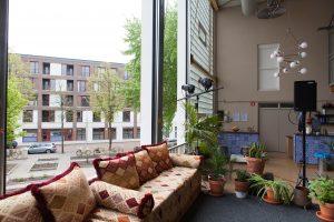 Huiskamer van Ru Pare in Amsterdam