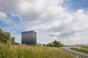 Vanaf de snelweg is het nieuwe datacenter een blikvanger