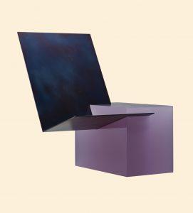 Equals, 2017. Een gegoten harsbasis zorgt voor gewicht, de uitkragende dunne metaalplaat biedt een zitvlak. De contrasterende materialen overdrijven de juxtapositie en  visuele onbalans