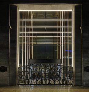 Entree Kaufhaus des Westens (KaDeWe), Berlijn 2016. Lichtstrips en met kleur behandeld glas suggereren een immense diepte. I.s.m. OMA
