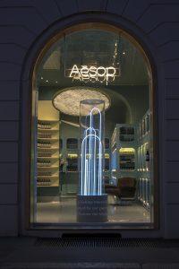 De Aesop Vedovelle Fountain, Milaan 2017: onderzoek naar hoe bewegend water de perceptie van materiaal, licht en ruimte beïnvloedt. Door een  transparante monoliete cylinder, aangelicht met blauw neonlicht, loopt water naar beneden en door transparante  tubes weer omhoog