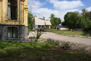 Op het Prinsen Bolwerk in Haarlem staat naast een neoclassicistische villa een nieuwe villa met schuur. MOPET architecten. Foto Jacqueline Knudsen.