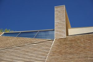 Het dak en de gevels zijn bekleed met keramische elementen. De bijzondere dakvorm is een resultante van twee richtingen in het ontwerp. Foto Jacqueline Knudsen.