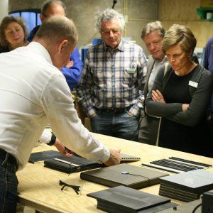 1. Ontwerper Bruno Ninaber van Eyben demonstreert productie  van de architectuurplaquette.