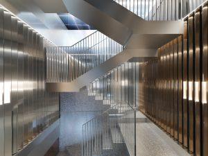 Flagship store van Repossi, Parijs 2016. Marcelis bracht met gelamineerd en semi-reflecterend glas, spiegels en aluminium panelen diepte en gelaagdheid aan. I.s.m. OMA
