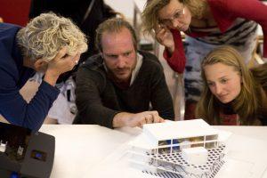 Om de behoeftes en verlangens van de wijkbewoners helder te krijgen, organiseerden architecten Elisabeth Boersma, Marc van Asseldonk en Auguste van Oppen verschillende workshops rond thema's als culturele verschillen, geloof en ruimtegebruik