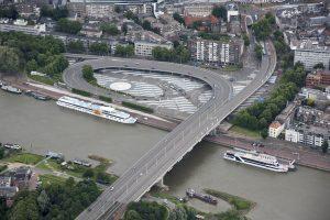 Het Roermondsplein en de Nelson Madelabrug van bovenaf. Als het aan sommige Arnhemmers ligt, moeten Blauwe Golven plaats maken voor een groene corridor