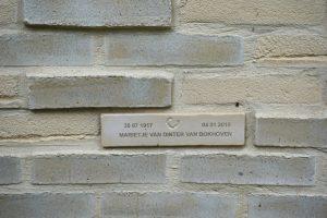 Aan de binnenzijde van het paviljoen kunnen in de verdiepte delen gedenkplaatjes worden geplaatst voor overledenen. Foto Jacqueline Knudsen