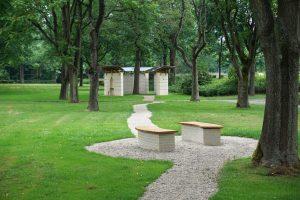 Op het grasveld tussen paviljoen en de entree van begraafplaats Daelwijck is een zitplaats gemaakt in dezelfde baksteen, hetzelfde eikenhout en met dezelfde kromming als in het paviljoen. Foto Jacqueline Knudsen