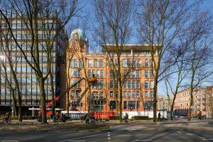 Gevel aan het Weesperplein, met de dakopbouw uit de jaren negentig • Foto's Jannes Linders.